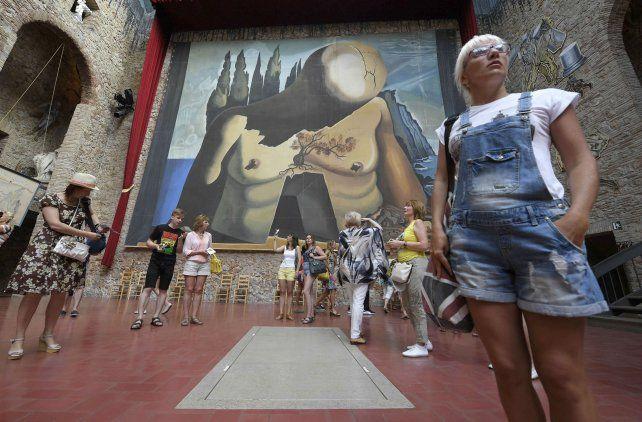 Turistas visitan la tumba de Dalí