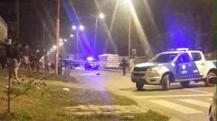 La policía toma las primeras medidas tras el accidente en San Martín al 3200, en Villa Gobernador Gálvez.