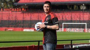 El arquero Ibañez posa con la camiseta rojinegra en el Coloso Marcelo Bielsa.