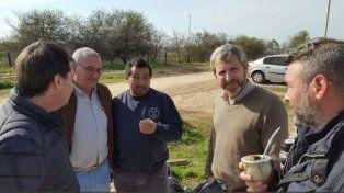 Rogelio Frigerio dialoga con un grupo de vecinos en Entre Ríos, durante un timbreo nacional de Cambiemos.