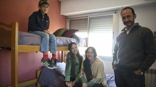 Bárbara, Mauro y dos de sus tres hijos. La familia espera con los brazos abiertos a cinco refugiados sirios.