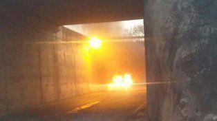 La imagen del auto en llamas en plena autopista. Luego encontraron el cuerpo en el interior.