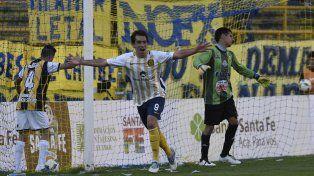 Brossio lo sufre. Protti acaba de marcar el primero de sus dos goles y lo festeja con todo.