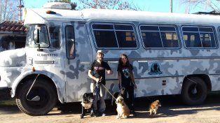 Brenda y Gustavo posan junto a El guerrero, el motorhome con el que viajarán a Alaska, y sus cuatro perros.