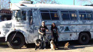 Gustavo y Brenda, con Mole, Chicho, Lita y Yapa. Como familia de humanos y animales, prometimos no abandonarnos nunca, dicen.