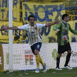 ¡Gritalo! Protti inicia el festejo del primer gol del partido, el que abrió el camino a la victoria en el Gigante.