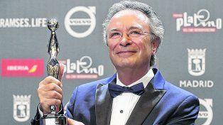 Sonrisa de ganador. Oscar Martínez muestra su Platino en Madrid al coronarse como mejor actor.