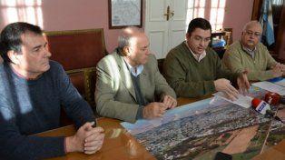 Anuncio. El intendente Sarasola confirmó las obras junto a integrantes de la empresa Aguas Santafesinas.