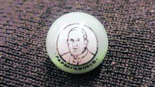 Lecherita. La bolita blanca de Tinka con el rostro del Papa Francisco.