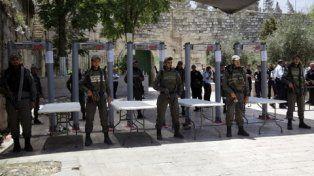 atentos. Policías israelíes en los detectores de metales que son obligatorios para ingresar a la Explanada.