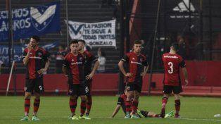 Desazón. Huguenet, Martínez, Elías, Tissera y Valenzuela miran cómo los futbolistas venadenses celebran tras los penales.