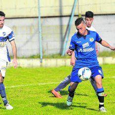 Acorralado. El juvenil Matías Torres, de buen rendimiento, es cercado por la férrea marca de los defensores Besaccia y Mathier.