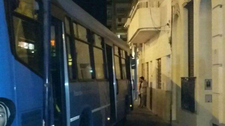 El chofer de un colectivo sufrió un infarto y el coche terminó en la vereda