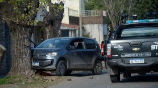 El auto chocó contra un árbol, los jóvenes fueron rodeados y baleados por la policía.