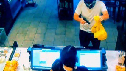 Se disfrazó de Transformers para cometer un robo y un cliente emuló a Superman para detenerlo