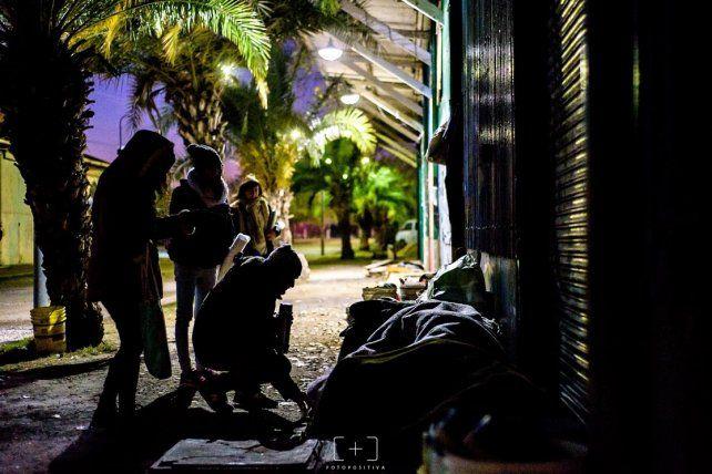 Foto Positiva retrató los momentos en que los voluntarios reparten el desayuno a quienes duermen en la calle