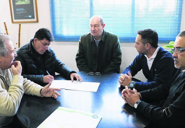 Convenio. El intendente Maglia con funcionarios de Aguas Santafesinas.