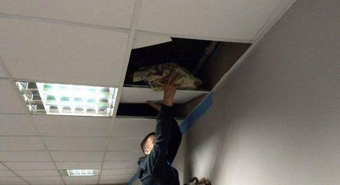 in fraganti. El sargento mostró la droga escondida en un techo.