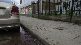 Entre el cordón y la calle quedaron las huellas de la grave herida que sufrió Tejeira.
