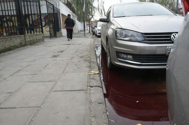 El violento hecho ocurrió frente a la escuela Lola Mora.
