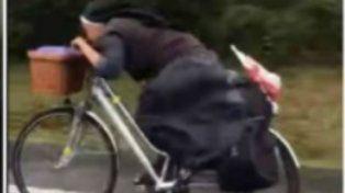 Una monja polaca sorprende al viajar en bicicleta al mejor estilo Tour de Francia