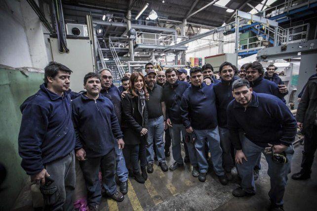 Cristina posa junto a un grupo de empleados de una textil en Moreno.