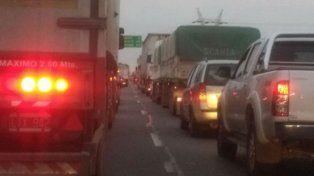 Largas colas se formaron en la mano hacia Rosario debido al choque de camiones. (Foto de archivo)