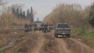 Personal policial trabaja sobre el cuerpo de la travesti en calle Chajá, cerca del camping del Sindicato de Camioneros.