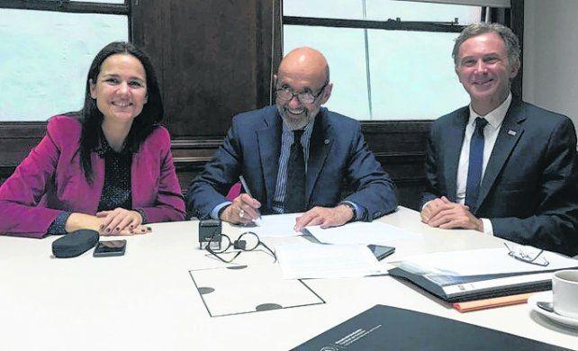 Firma. Anita junto a autoridades de la UNR y del Ministerio del Interior.