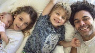 Tierna foto de Mariano Martínez y sus tres hijos a un mes del nacimiento de Alma