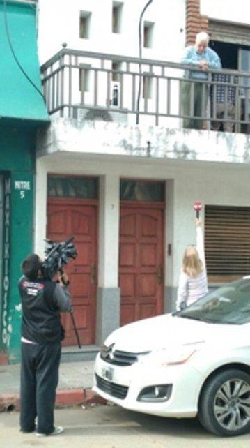 allanado. El abogado habló con la prensa desde el balcón de su casa.