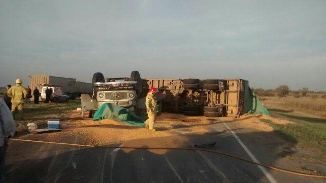 El espectacular vuelco causó la muerte de uno de los choferes. Ese tramo de la autopista quedó intransitable.