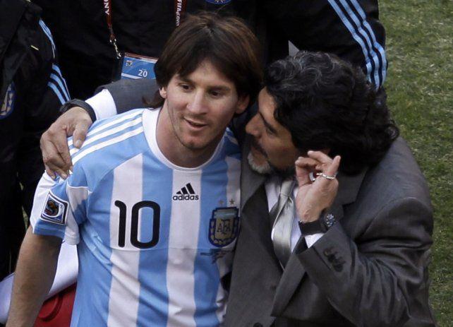 Los dos. Una revista inglesa eligió a Maradona y Messi como mejores futbolistas de la historia.