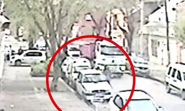 El momento del impacto. El camionero atropelló y mató a una ciclista. Luego se fugó.