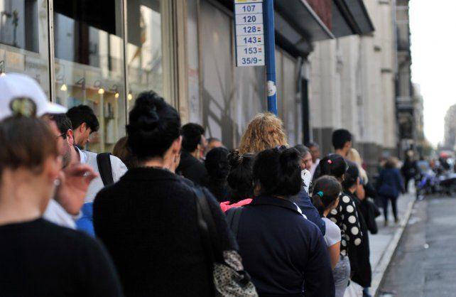 Esperando. Una escena que se repite en varias esquinas céntricas de la ciudad: pasajeros aguardando el colectivo durante varios minutos.