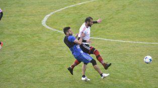 Guevgeozian intenta eludir al jugador del Talleres en una de las primeras jugadas del partido de esta mañana.