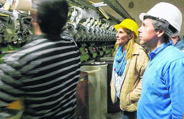 Respaldo. Giuliano y Venesia dialogaron con obreros de la Cooperativa de Trabajadores Algodonera Santa Fe.