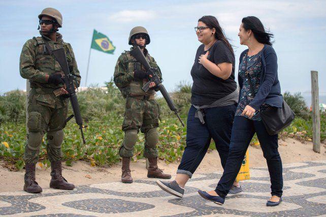 Bajo control. Soldados pertrechados con fusiles toman posiciones en sitios emblemáticos de la segunda ciudad de Brasil para restablecer la seguridad.