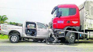 NOGOYá. La camioneta se incrustó contra el camión que estaba detenido.