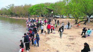 Nadie inspecciona las autorizaciones de pesca de costa.