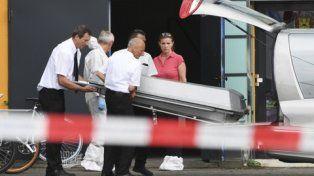 constanza. Retiran el cuerpo de una de las víctimas de la discoteca.