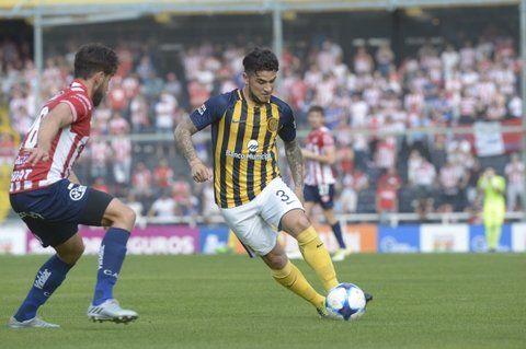 Bien zurdo. Elías Gómez nunca se desordenó en la marca.