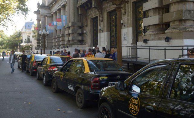 El Concejo acordó una solución transitoria para la renovación de las licencias de taxis