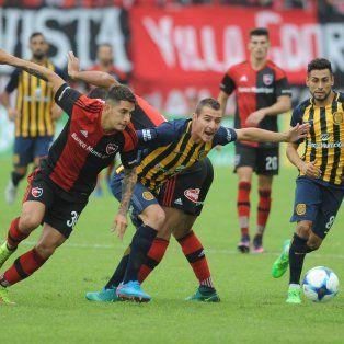 Franco Escobar y Marco Ruben disputan la pelota durante un clásico en el Coloso.