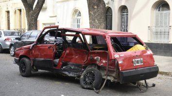 destrucción total. Muñoz, de 35 años, manejaba el Fiat Duna rojo por calle Necochea. Murió producto del brutal choque.