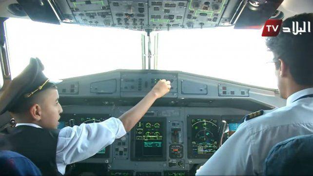 Dos pilotos fueron suspendidos por haber dejado al mando de un avión a un chico de 12 años