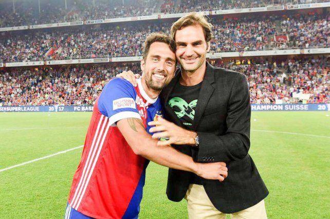 El futbolista rosarino que colgó los botines y hasta Roger Federer lo saludó emocionado