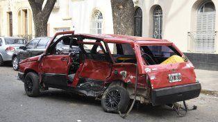 El Fiat Duna en el que iba Nuñez. La víctima murió en el acto y salió despedida del coche.