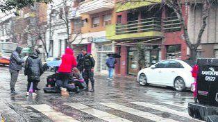 siniestro. La mujer que fue embestida por el ómnibus es auxiliada en la vía pública en Rioja y Ovidio Lagos.