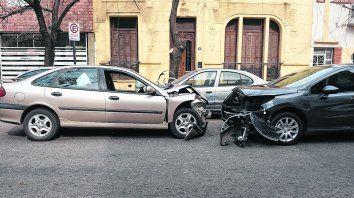 destrozados. Tras chocar contra un Fiat Duna y provocar la muerte de su conductor, un Renault Laguna cruzó de carril y terminó contra un Peugeot 308.